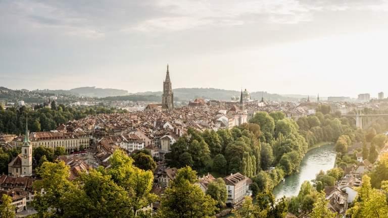 Bern mit Sicht auf Muenster, Bundeshaus, Aare und Dalmazibruecke