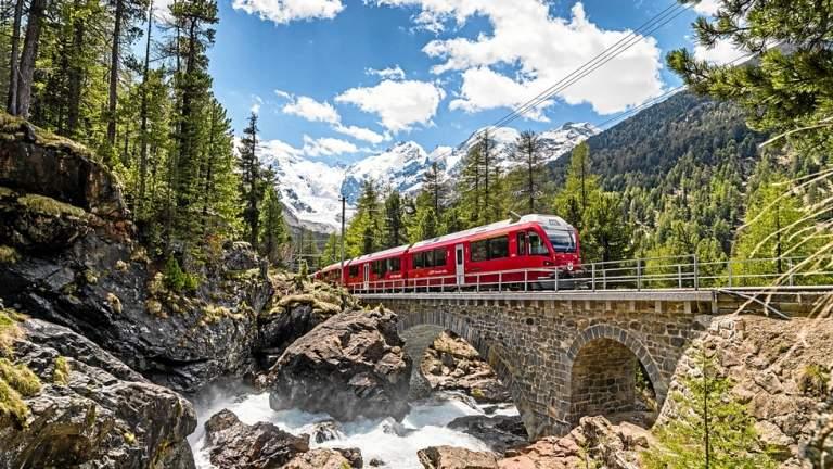 Der Bernina Express oberhalb von Morteratsch vorbei am Berninabach.