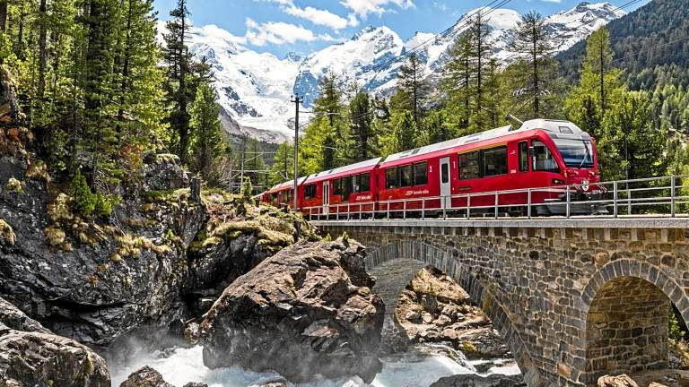 Der Bernina Express oberhalb Morteratsch im Sommer