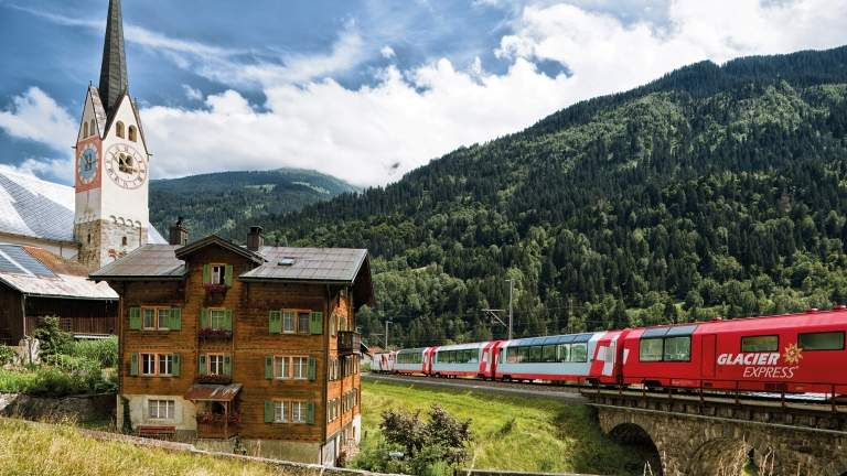 Der Glacier Express bei der Fahrt in Trun