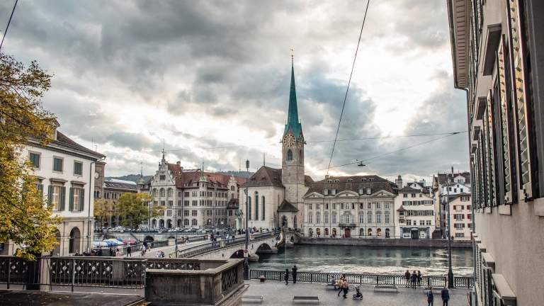 Zürich Aussicht auf die Gemüsebrücke  vom Grossmünster