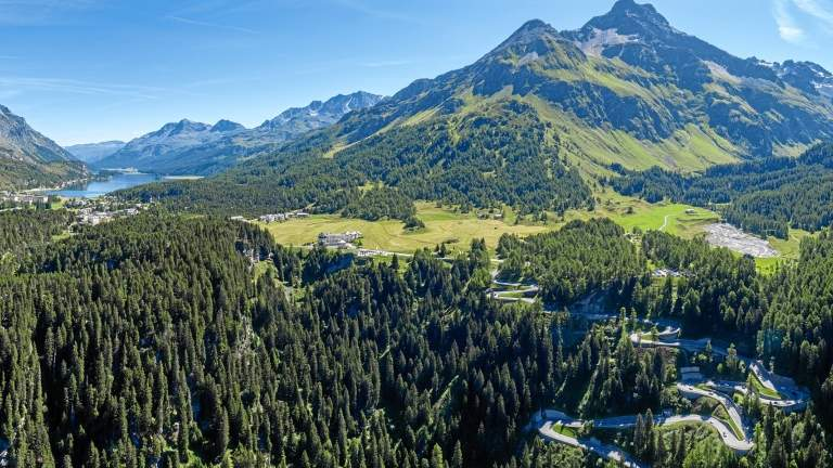 St. Moritz die Malojapassstrasse mit Blick Richtung Engadin