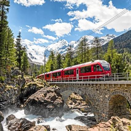 Der Bernina Express im Sommer vorbei am Morteratschgletscher