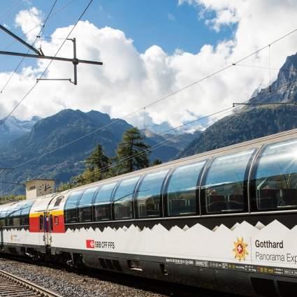 Der Gotthard Panorama Express bei der Abfahrt in Flüelen