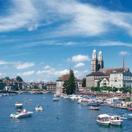 Zürich im Sommer mit Blick auf die Limmat