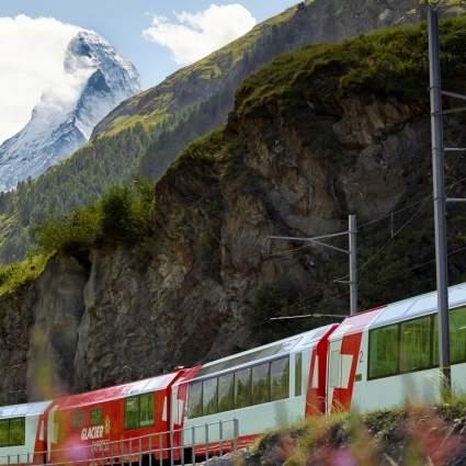 Der Glacier Express vor Zermatt
